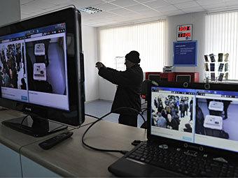Установка оборудования для видеонаблюдения на выборах. Фото РИА Новости, Алексей Куденко