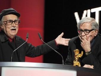 "Витторио (слева) и Паоло Тавиани с ""Золотым медведем"". Фото ©AFP"