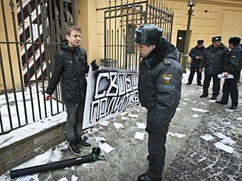 """Активист """"Другой России"""" около Петропавловской крепости. Фото с сайта neva24.ru"""