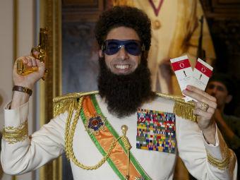 """Адмирал-генерал Аладин с билетами на """"Оскар"""". Фото из твиттера адмирал-генерала Аладина"""