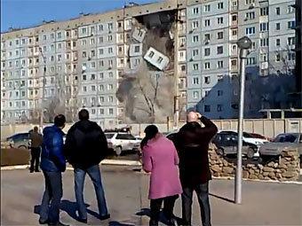 Обрушение дома в Астрахани. Кадр из ролика, опубликованного на YouTube