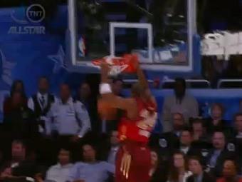 Коби Брайант набирает два очка и превосходит достижение Майкла Джордана. Кадр ролика, выложенного на официальном сайте НБА