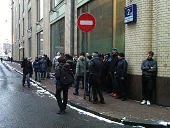"""Активисты движения """"Наши"""" около здания ЦИК. Фото @varlamov"""