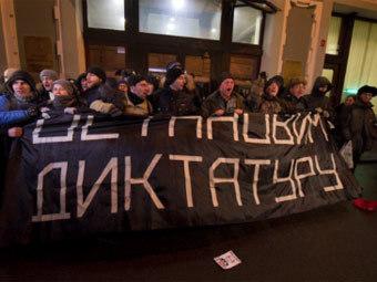 Участники акции у ЦИК. Фото из твиттера Ильи Варламова