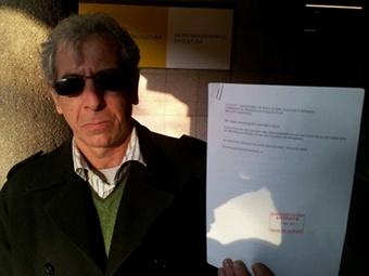 Эме Наварро с заявлениями о нарушении его авторских прав. Фотография из микроблога @isaachacksimov