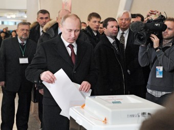 Владимир Путин голосует 4 марта 2012 года