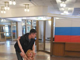 Активистка FEMEN на избирательном участке в Москве. Фото РИА Новости, Александр Уткин