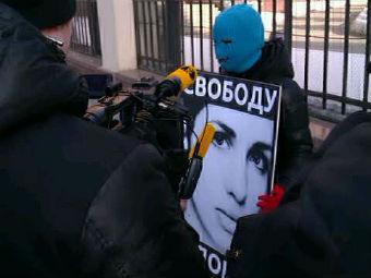 Участница пикета в поддержку Pussy Riot. Фото @/gruppa_voina