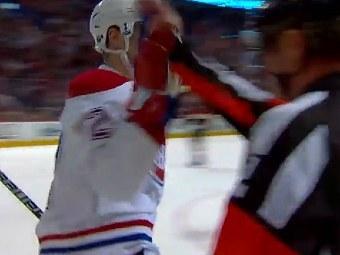 Эрик Коул празднуют заброшенную шайбу. Кадр ролика, выложенного на официальном сайте НХЛ