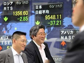 Люди у экранов Токийской биржи. Фото ©AFP