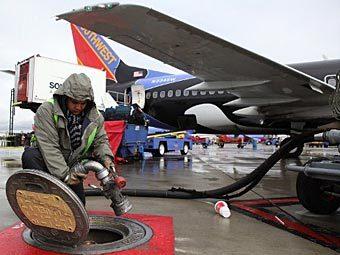 Заправка в аэропорту. Фото ©AFP