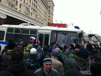 """Участники акции """"Белая площадь"""" и журналисты. Фото Антона Михалицына из сервиса Lockerz"""