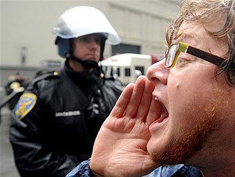 Участник акции в Сан-Франциско. Фото ©AP