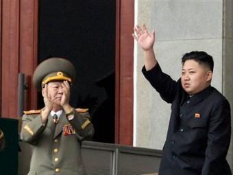Ким Чен Ын (справа) на публичном мероприятии. Архивное фото ©AP