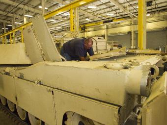 Ремонт танка М1А2 Abrams Саудовской Аравии. Фото с сайта army.mil