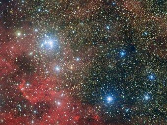 Звездное скопление неподалеку от туманности Льва видно в левом верхнем углу. Фото ESO
