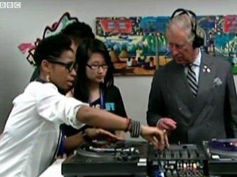 Принц Чарльз и сотрудники молодежного центра в Торонто. Кадр телеканала BBC