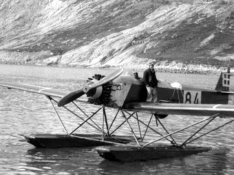 Кнуд Расмусcен на своем гидроплане после завершения аэрофотосъемки. Фото Arctic Institute of Denmark