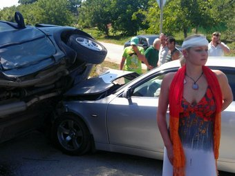Анастасия Волочкова на фоне разбитых машин. Фото из микроблога балерины