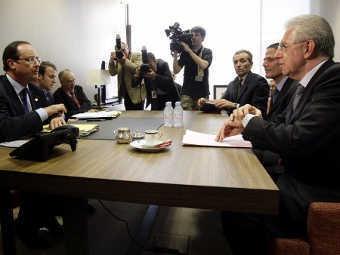 Президент Франции Франсуа Олланд (слева) и премьер-министр Италии Марио Монти (справа) на саммите ЕС. Фото ©AFP