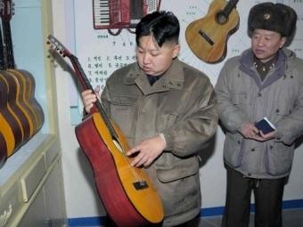 Ким Чен Ын выбирает гитару. Фото ©AFP
