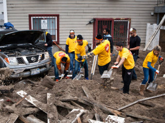 Ликвидация последствий урагана в Квинсе, районе Нью-Йорка. Фото Reuters