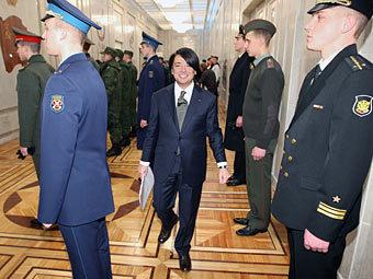 Валентин Юдашкин (в центре) на показе коллекции военной формы. Фото из архива Коммерсантъ, Дмитрий Азаров