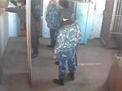 Кадр из ролика, размещенного в блоге правозащитника Виталия Черкасова