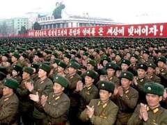 """Северокорейские солдаты празднуют запуск ракеты """"Ынха-3"""". Фото KCNA, переданное (c)AFP"""