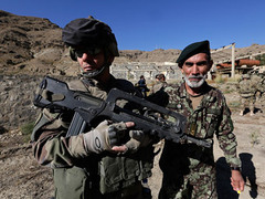 Солдат НАТО и солдат Национальной Армии Афганистана. Фото Reuters
