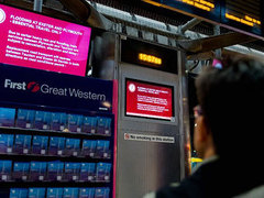Табло с информацией об отменненных поездах на Пэддингтонской станции в Лондоне. Фото (c)AFP