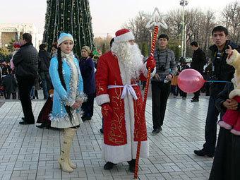 Дед Мороз и Снегурочка на площади независимости в Ташкенте. Фото с сайта Fergananews.com