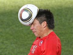 Чилийский защитник Гари Медель воюет с мячом. Фото (с) AFP