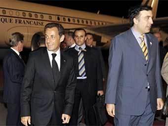 Николя Саркози (слева) и Михаил Саакашвили (крайний справа) в аэропорту Тбилиси 12 августа. Фото AFP