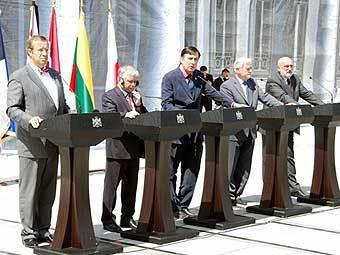 Лех Качиньский, прибалтийские лидеры и Михаил Саакашвили на встрече в Тбилиси. Фото AFP