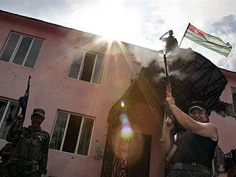 Абхазский флаг над зданием в грузинской части Кодорского ущелья. Фото AFP.
