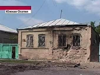 """Покинутый жильцами дом в зоне конфликта. Кадр """"Первого канала"""""""