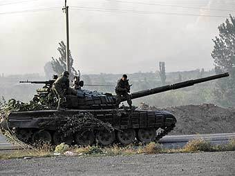 Грузинская бронетехника на границе с Южной Осетией. Фото AFP.