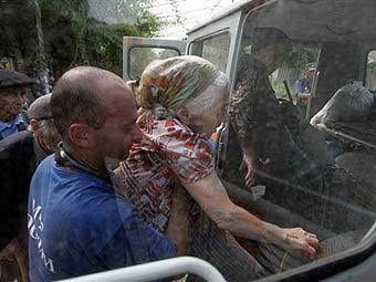 Сотрудники МЧС отправляют грузинских беженцев в Гори. Фото AFP