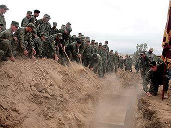 Похороны грузинских военнослужащих, погибших в результате грузино-южноосетинского конфликта. Фото AFP