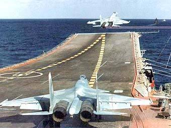 """Су-33 взлетают с авианосца """"Адмирал Кузнецов"""". Фото с сайта waronline.org"""