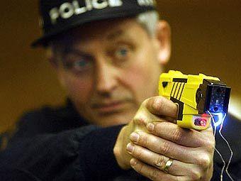 """Британский полицейский с """"тазером"""". Фото ©AFP"""