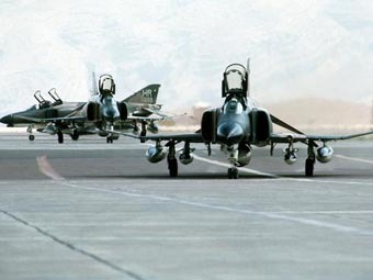 Самолеты F4 Phantom на авиабазе в Ширазе. Фото пользователя SSZ с сайта wikipedia.org