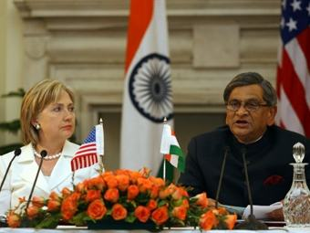 Хиллари Клинтон и министр иностранных дел Индии С. М. Кришна. Фото ©AFP
