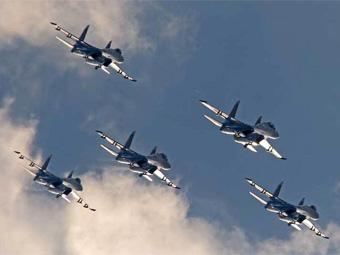 """Пилотажная группа """"Русские витязи"""" на Су-27. Фото Александра Котомина, Лента.Ру"""